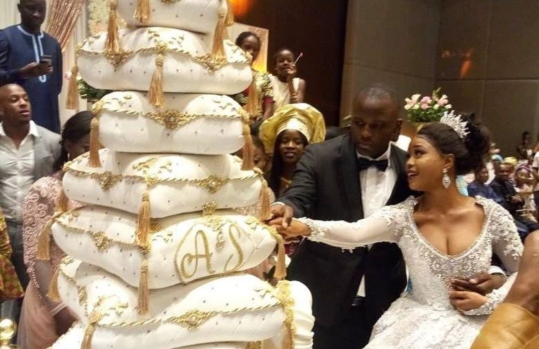 Checkout this wedding cake which has jaws dropping