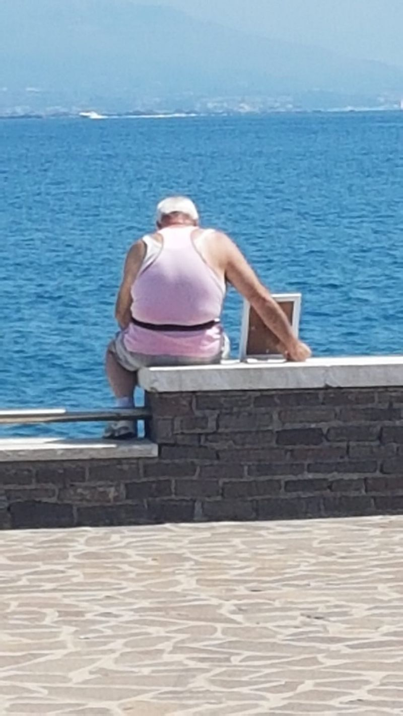 True Love! Grieving man takes picture of his late wife to the ocean every morning