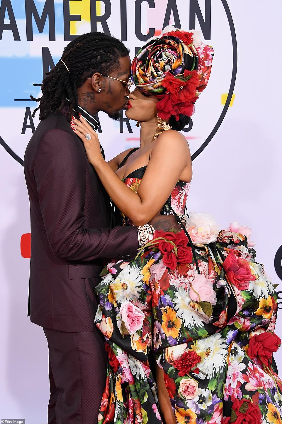 Cardi B and offset kiss at the American Music Awards 2018
